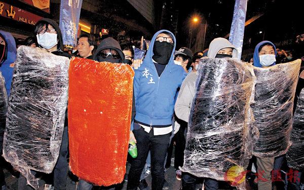 ■在旺角暴亂現場,梁天琦(中)與手持盾牌的暴亂者為伍。資料圖片