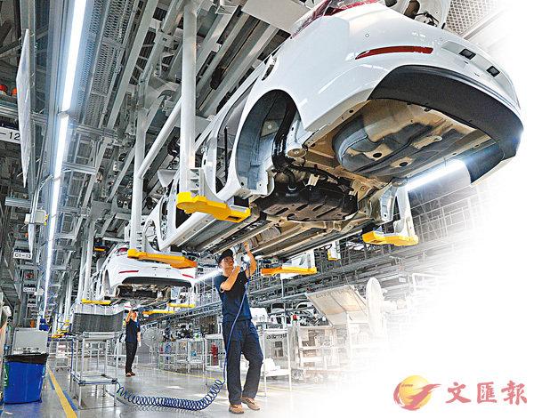 ■中國期望於2025年成為「製造強國」。圖為內地工人在工廠生產線上工作。 資料圖片