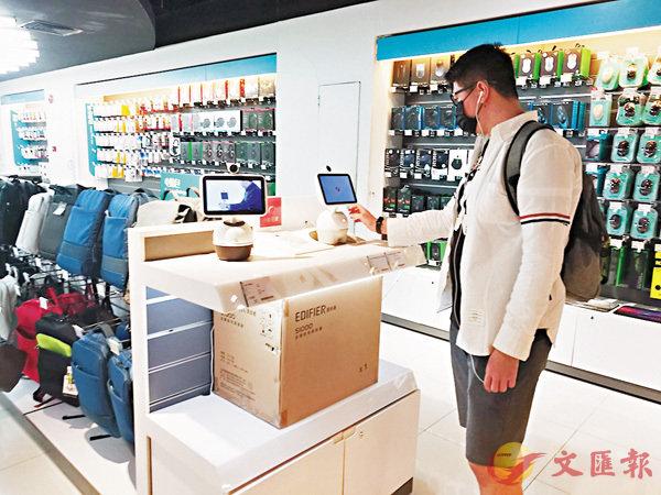 ■因價格低廉、選擇多樣,近來有港人到深圳購買「高科技年貨」自用或送禮。香港文匯報記者何花 攝