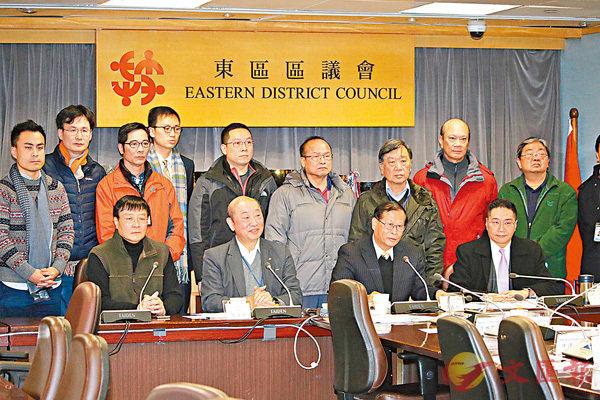 ■24名東區區議員聯署嚴厲譴責衝擊阻礙會議正常運作。香港文匯報記者彭子文  攝