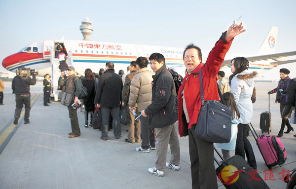 ■兩岸實現直航後,曾經溫馨暖暖的兩岸春節加班機,今年首次遭遇台當局不予核准。圖為2008年12月15日8時,東航MU2075航班準時從上海浦東機場起飛,拉開大陸前往台灣的「裁彎取直」常態包機的序幕。 中新社
