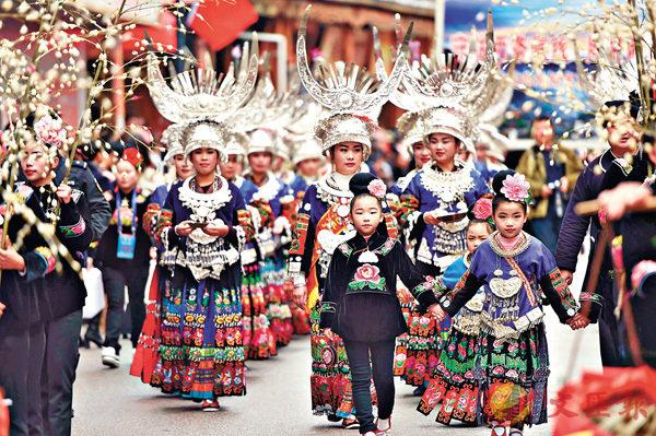■歌舞綜藝表演可稱作song and dance。圖為貴州苗族同胞慶祝「苗年」。 資料圖片