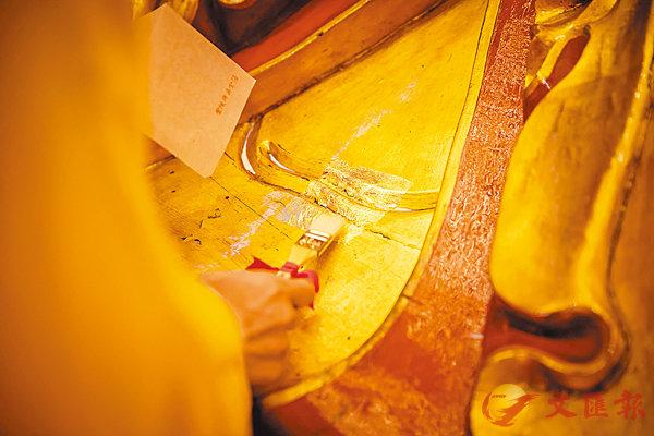 ■玉佛寺內的佛像文物啟動裝金修繕。香港文匯報 上海傳真