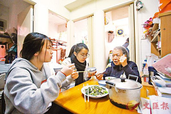 ■桌上擺放「薯仔燜雞」、「菜心炒肉片」、「番茄炒蛋」及「冬瓜湯」,義工與婆婆一同享用家常菜。 香港文匯報記者劉國權 攝