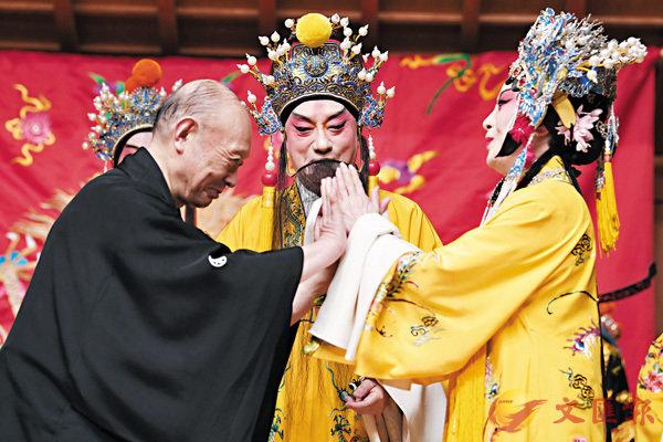 ■中國著名崑曲表演藝術家蔡正仁(中)、張靜嫻(右)與日本能樂界國寶級藝術大師�d井音重一同上台謝幕。