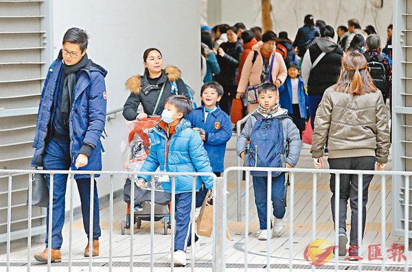 ■教育局根據衛生防護中心建議,宣佈全港小學及幼稚園今日起停課,讓50多萬名學生提早放農曆新年假期。   香港文匯報記者莫雪芝  攝