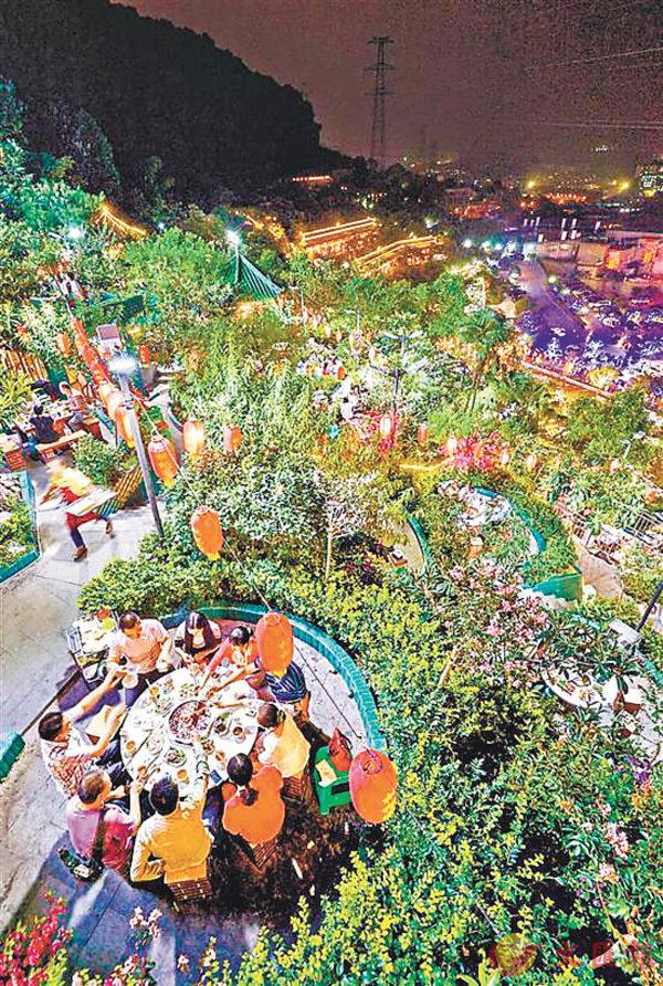 ■火鍋小鎮建成後,遊客可以一邊吃火鍋一邊賞夜景。香港文匯報重慶傳真