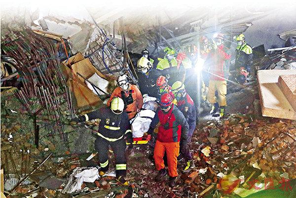 ■花蓮地震已造成至少10人死亡,其中4人為大陸遊客。圖為8日凌晨2時許,救援人員在雲門翠堤大樓尋獲一具女性陸客遺體。 中央社