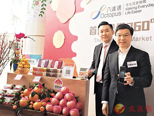 ■張耀堂(右)和凌偉業昨向�琣w街市商戶大派「e利是」。香港文匯報記者  吳婉玲  攝