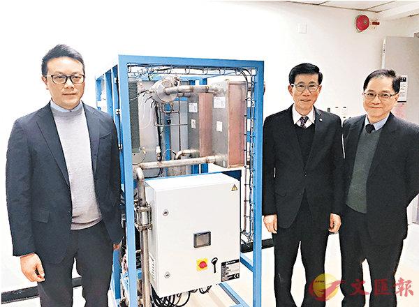 ■城大梁國熙(左一)與港大及理大學者聯手研發出全球首創低溫熱轉電技術,並轉化成電能。 香港文匯報記者唐嘉瑤 攝
