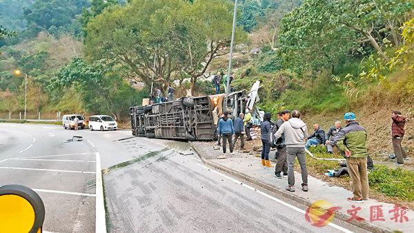 ■車禍後,候援傷者眾多。   網上圖片