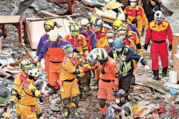 ■搜救人員連續數十小時在雲門翠堤大樓挖掘,最後仍遺憾沒有好消息,於昨日中午找到一具陸客成人男性遺體。 中央社