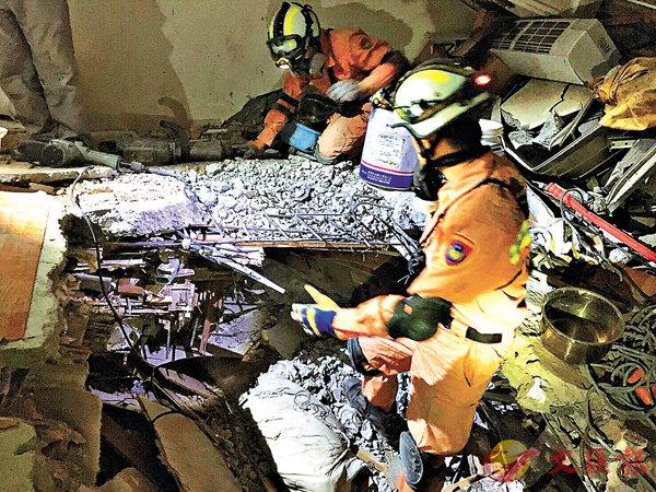 ■特搜隊持續在雲門翠堤大樓內搜救。 中央社