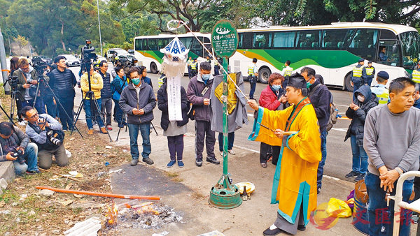 ■家屬在道士引領下進行路祭及招魂儀式。香港文匯報記者鄧偉明  攝