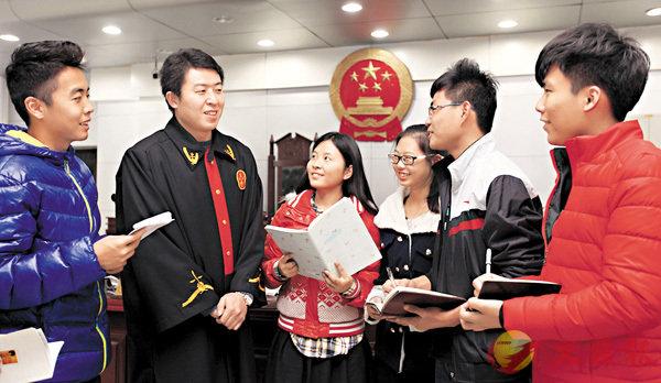 ■大學生在山東省棗莊市市中區人民法院刑事審判庭上課,並與法官進行互動交流。資料圖片