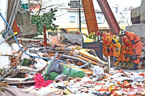 ■花蓮6日深夜發生的6.5級強震已造成17人死亡,280人受傷。為期106小時的搜救行動昨日上午10時宣告結束,搜救人員在鳴笛兩次後向大樓深深鞠躬。中央社