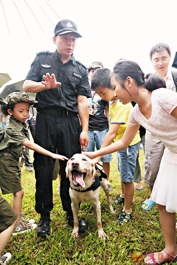 ■緝毒犬大受小朋友歡迎。