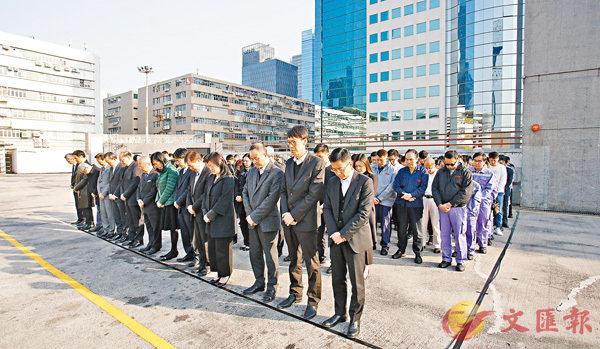 ■九巴高層及車廠內員工為車禍死者默哀。 香港文匯報記者劉國權  攝
