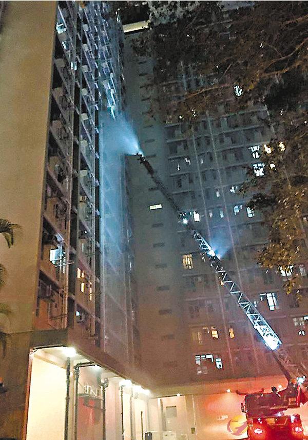 ■消防員到場升起雲梯開喉射水灌救。