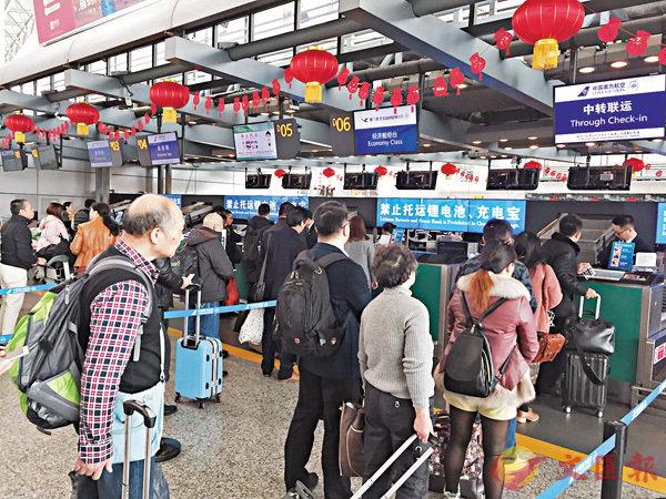 ■白雲機場迎來旅客出行高峰,給安保工作帶來了巨大挑戰。香港文匯報記者敖敏輝 攝