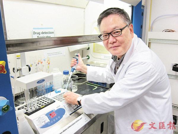 �詹華強多年來致力結合現代高科技提高中醫藥產業效能,將研發成品產業化推出市場。 香港文匯報記者高鈺 攝