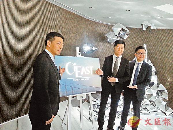 ■黃光耀(左)指項目正待批預售樓花,涉約1,600伙。香港文匯報記者岑健樂  攝