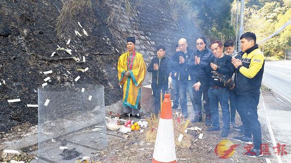 ■港澳車手會昨到車禍現場哀悼。 香港文匯報記者鄧偉明  攝