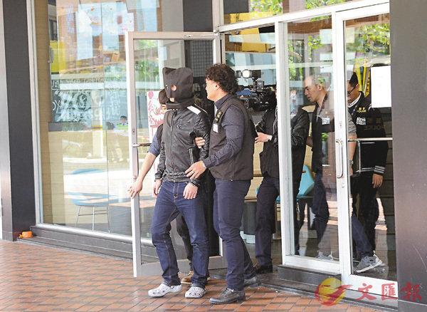 ■疑犯被警方押回當年兇案現場天瑞�h麥當勞重組案情。