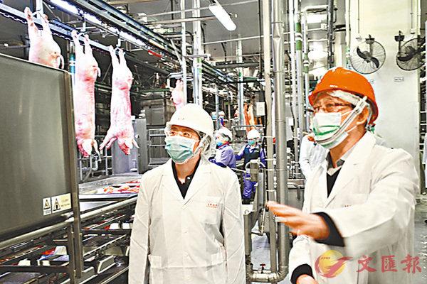 仇鴻訪五豐行屠房  冀確保佳節肉類供應 (圖)