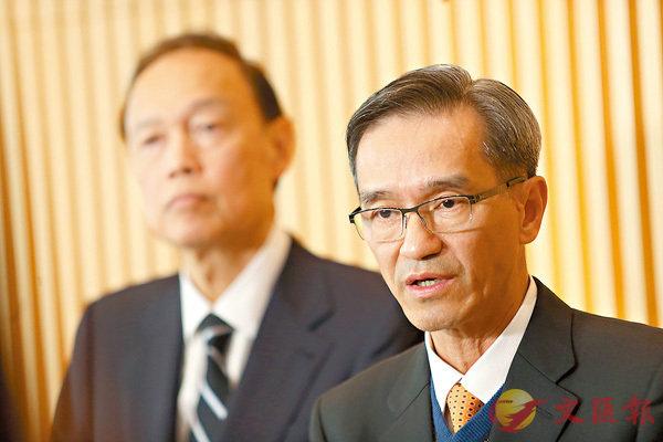 ■黃遠輝(右)料原定下月的公眾諮詢,很大可能延至4月。 香港文匯報記者莫雪芝  攝