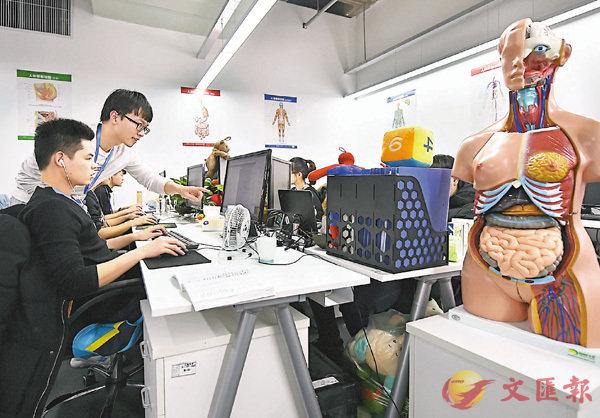 ■2017年中國研發經費投入居全球第二。圖為天津開發區大力發展高端醫療器械產業集群,企業員工向醫療大數據系統內錄入病例。 資料圖片