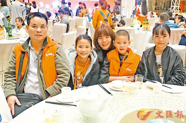 ■從事餐飲的張秀清(中)和三個孩子在廣州團聚。香港文匯報記者敖敏輝 攝