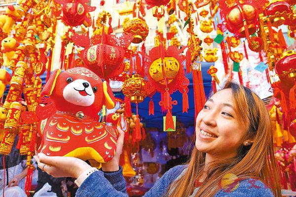 ■新春將至,「春節經濟」引關注。圖為本月11日,美國三藩市唐人街,一名女子在年宵花市上購物。 新華社