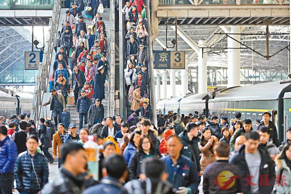 ■昨日,大批旅客在南京火車站乘火車出行。中國鐵路總公司當日透露,截至12日,全國鐵路春運累計發送旅客已突破1億人次。 中新社