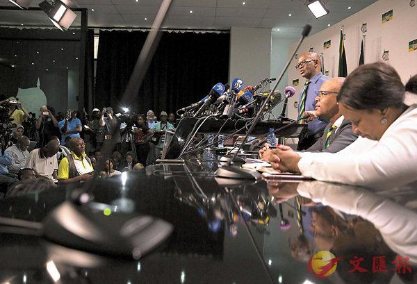 ■馬哈舒勒(右三)發表非國大罷免祖馬的決定。 路透社