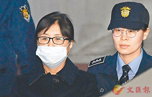 ■崔順實(左)被押送至法庭時木無表情。 法新社