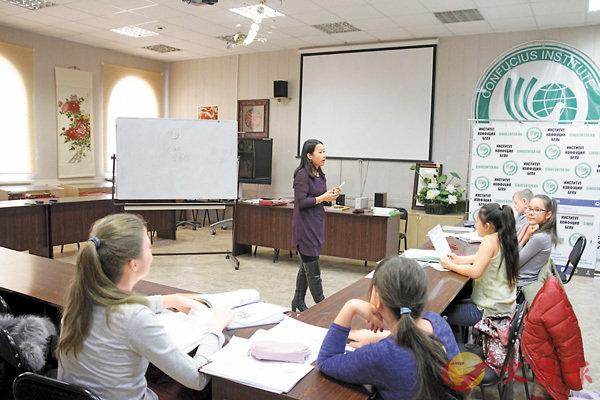 ■俄學生在孔子學院學習中國文化。香港文匯報記者于海江 攝