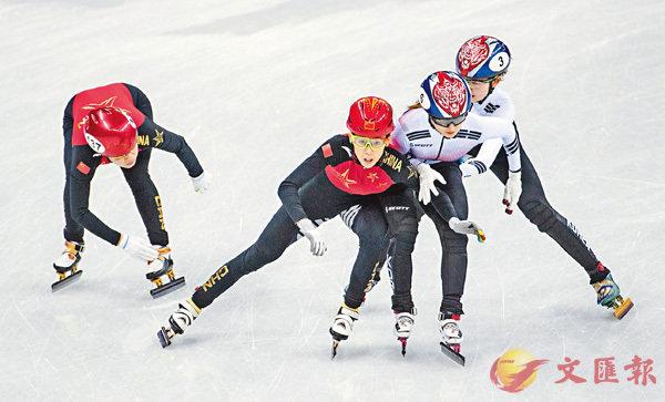 ■范可新(左二)從外道切至內道,阻擋了韓國選手。 新華社