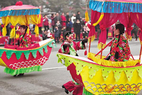 ■「耍旱船」是部分地區春節必不可少的節目,圖為表演者在進行旱船表演。資料圖片
