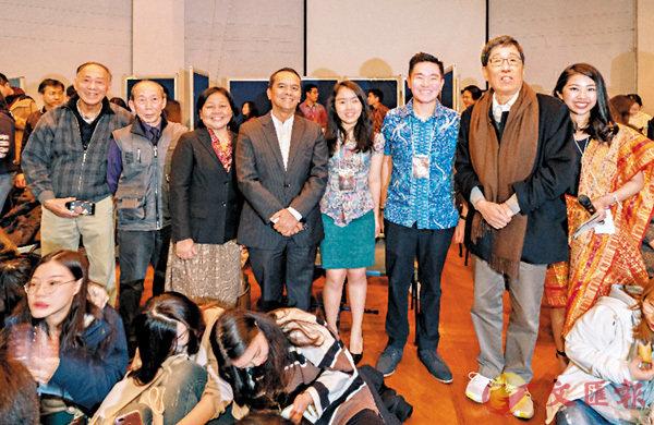 ■印度尼西亞駐香港及澳門總領事 Tri Tharyat (左四) 與香港城市大學校長郭位 (右二) 一同出席「印尼之夜」。 城大供圖