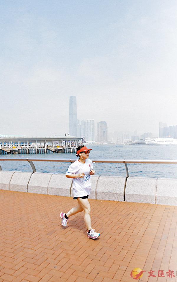 ■近日氣溫回暖,不少熱愛運動人士到海濱長廊跑步。 香港文匯報記者劉國權  攝