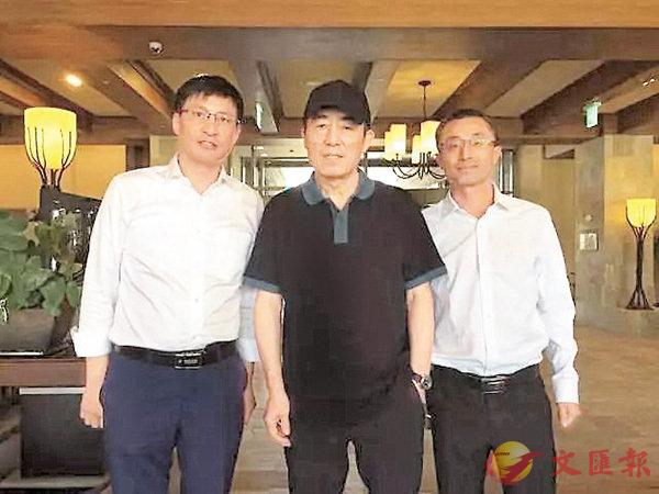 ■張雷(左)、總工程師劉俏(右)與「北京8分鐘表演」總導演張藝謀合影。 受訪者供圖