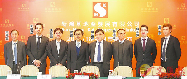 ■郭炳聯(右四)指,新地現時興建中的樓面物業屬十年來高位,未來會繼續積極投地。 香港文匯報記者莫雪芝  攝