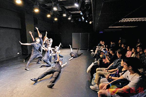 ■學院學生作互動展演。校方供圖