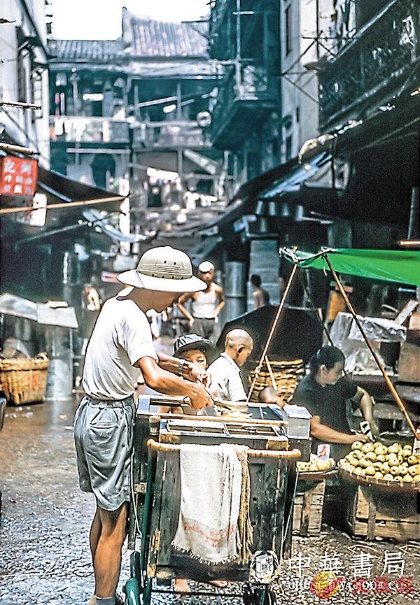 ■照片名稱:「香噴噴的牛雜」,1960年9月行經澳門內街,被香噴噴的牛雜氣味吸引�荂A喜見路邊售賣熟食的小販