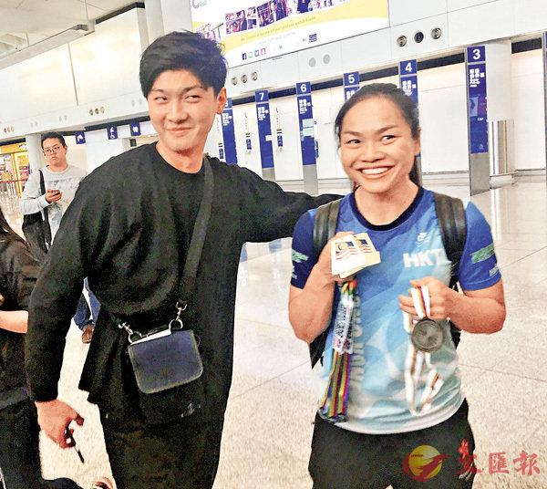 ■有日本粉絲(左)欲與Sarah李慧詩合影。 香港文匯報記者潘志南  攝