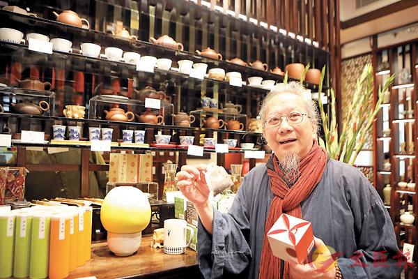 ■香港茶道協會會長葉榮枝在位於香港公園的茶館樂茶軒向記者介紹。
