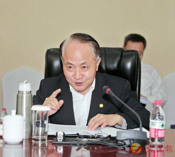 ■3月7日,香港團全體會議審議憲法修正案草案。圖為王志民主任在會上發言。 中聯辦圖片