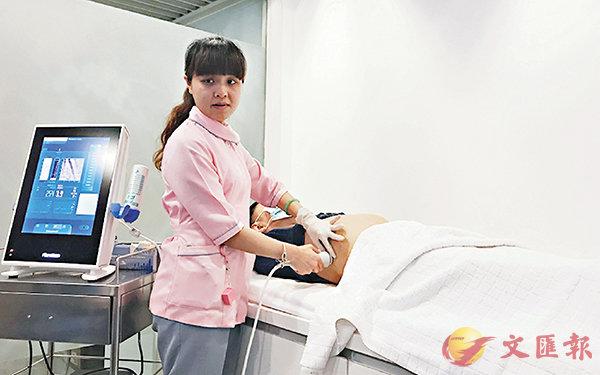 ■有診所引入掃描儀器,取代過往肝功能血液測試。香港文匯報記者何寶儀  攝