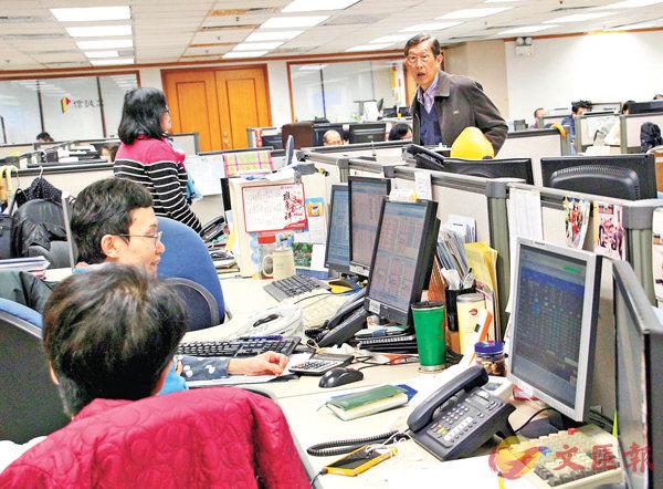 ■從2月開始,國際金融市場的波動性明顯上升,預計這樣的趨勢還將延續。圖為香港證券行內投資者關注股市行情。 資料圖片
